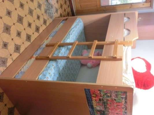 Продаю трехярусную кровать и шкаф