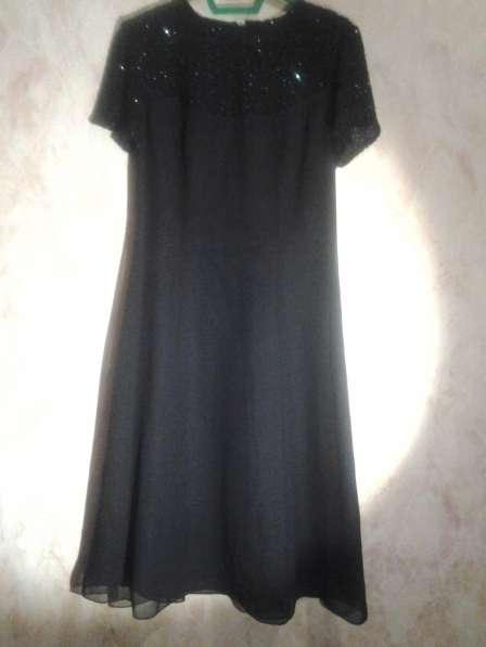 Короткое черное платье с вышивкой по лифу