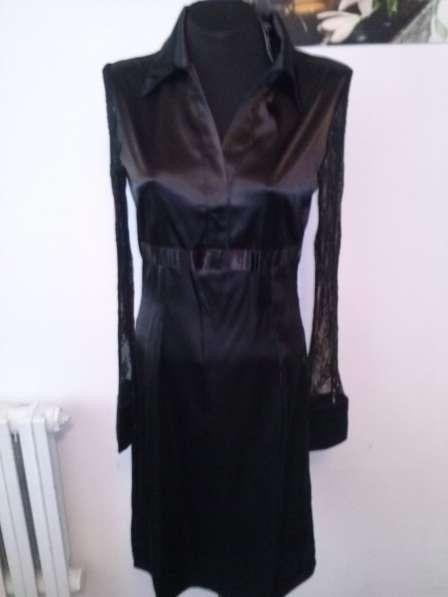 Платье атлас с кружевными рукавами