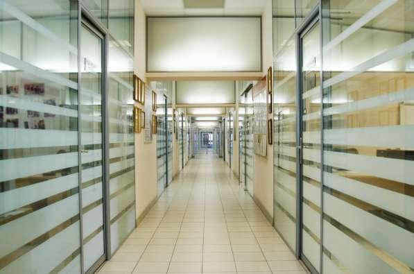 Перегородки и двери из алюминиевого профиля