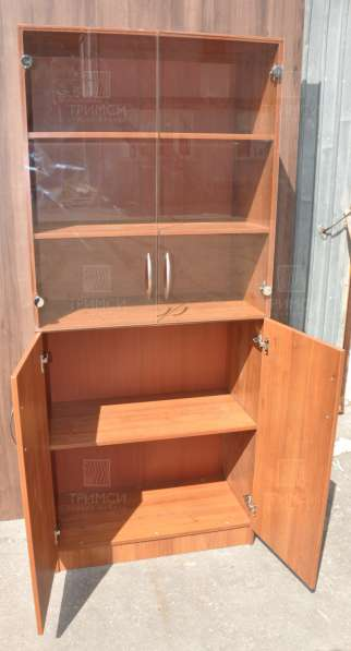Шкаф со стеклянными дверьми