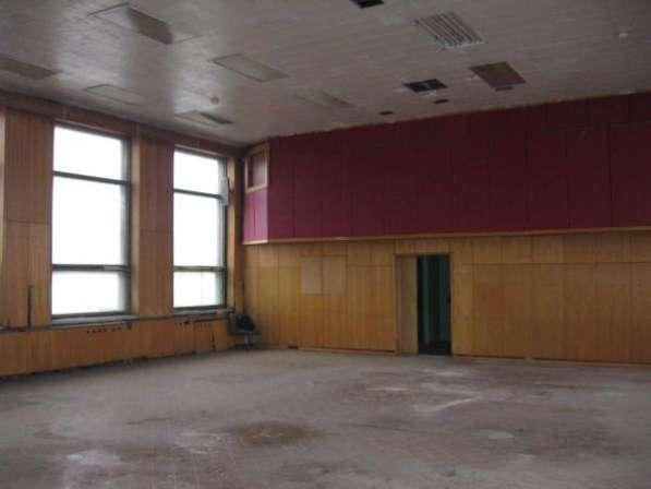 Теплое помещение с высокими потолками