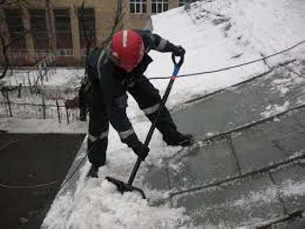 Очистка крыш от снега и наледи. Альпинисты