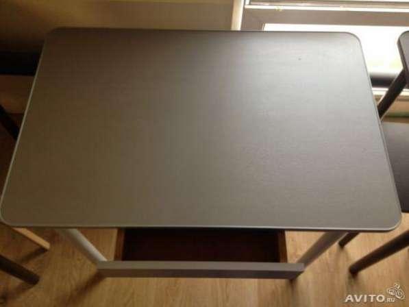 Стол с выдвижным ящиком 86x57 см