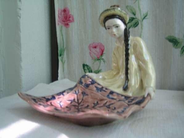 Фарфоровую статуэтку-Киргизка с ковром-,1952г,ЗИК,Конаково