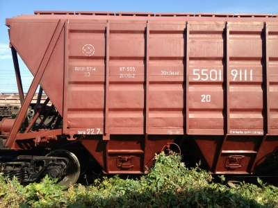 Вагоны зерновозы и железнодорожная платф