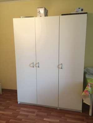 Белый шкаф и двуспальная кроватьс матрасом, икея