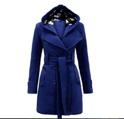 Яркое синее пальто с капюшоном и поясом новое