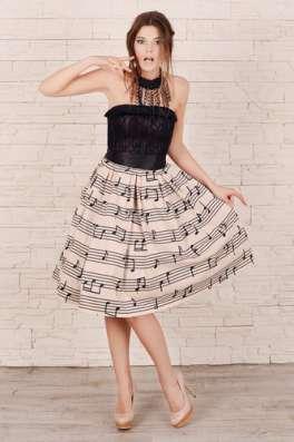 Платье с карсетом и пышной юбкой