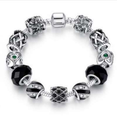 Собранный браслет с шармами в стиле