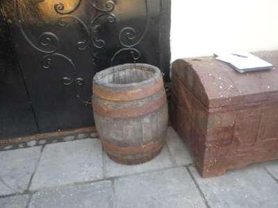 Старинная  деревянная  бочка