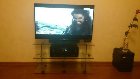 Телевизор Samsung и тумба из стекла