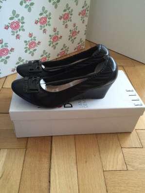 Красивые черные туфли на танкетке