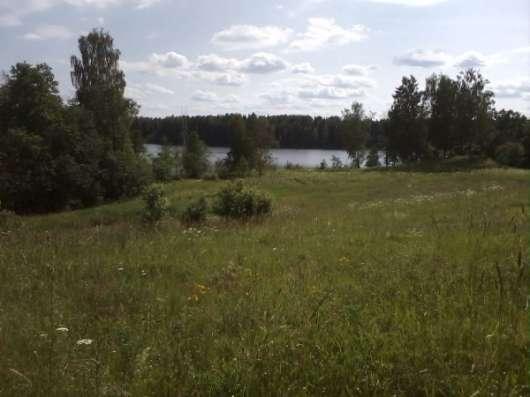 Живописный участок у озера