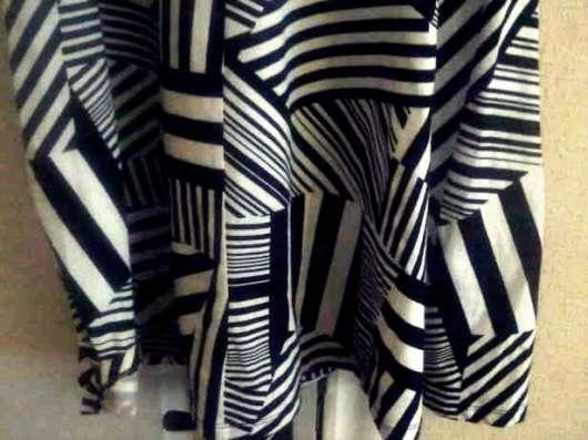 Оригинальное платье с асимметричным принтом forever 21