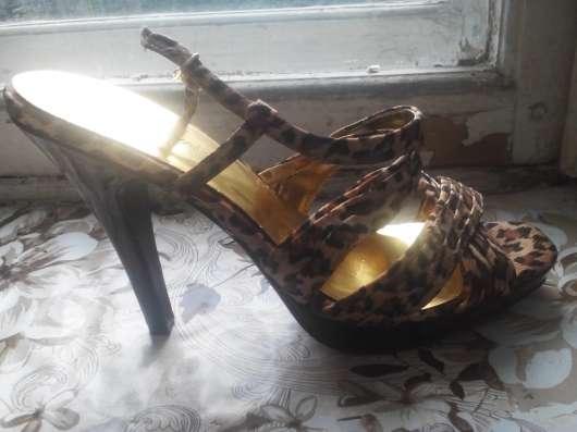Босоножки на каблуках с леопардовым принтом
